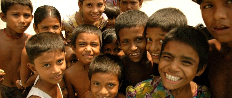 Crowd_of_smiling_children_in_Bangladesh
